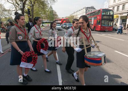 Londres, Royaume-Uni. 21 avril 2018. Les Scouts arméniens partent avec un batteur et leader des couronnes de l'Armenian mars à Londres de Marble Arch au cénotaphe au début d'une série d'événements commémorant le 103e anniversaire du début du génocide des Arméniens. Ils exigent l'UK suivre l'exemple de nombreux autres pays et reconnaître le génocide des Arméniens. Entre 1915 et 1923 tués en Turquie, les Arméniens de 1,5 m autour de 70 % de la population arménienne, mais la Turquie refuse toujours d'accepter ces massacres comme un génocide. Crédit: Peter Marshall/Alamy Live News