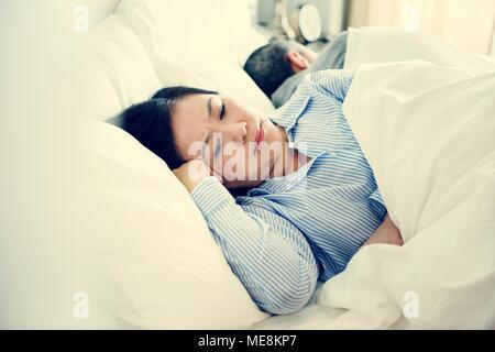 Couple on bed ayant un argument Banque D'Images