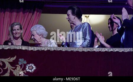 La reine Elizabeth II, entouré par les membres de la famille royale, prend place au Royal Albert Hall de Londres pour assister à un concert de stars pour célébrer son 92e anniversaire. Banque D'Images