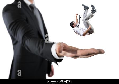 Homme d'affaires est sauvé d'une grosse main. Concept de l'aide et de soutien aux entreprises Banque D'Images