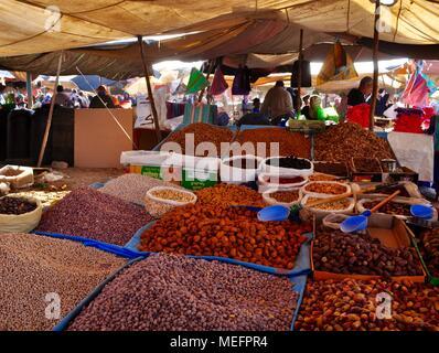 Blocage du marché, vente de pâtisseries, fruits secs, Maroc Banque D'Images