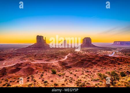 Monument Valley, Arizona, USA, à l'aube. Banque D'Images