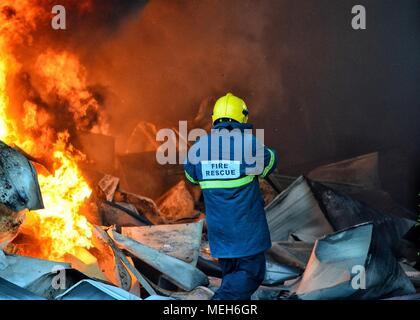 La lutte avec les pompiers, secours incendie Incendie à la survivante. D'énormes flammes brûlé une entreprise de recyclage à Tirana, l'extinction d'incendie pompier