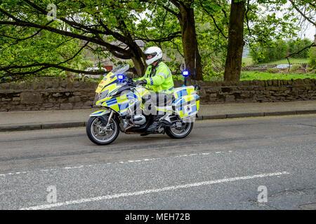 Une escorte motocycliste de la police avec l'exemplaire de l'espace. Banque D'Images