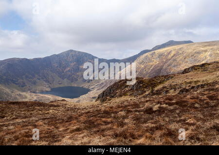 Les sommets du Cadair Idris, Craig et Llyn Cwm Armarch Cauviewed à partir du chemin qui mène jusqu'à Mynydd Moel