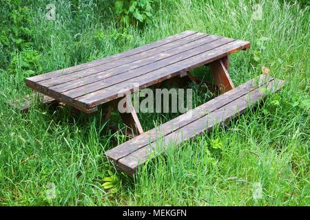 Un vieux banc de pique-nique, disued dans un champ envahi - John Gollop Banque D'Images
