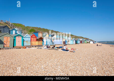 Avec vue sur la plage des huttes en bois coloré, Hordle West Cliff, Lymington, Hampshire, Angleterre, Royaume-Uni Banque D'Images