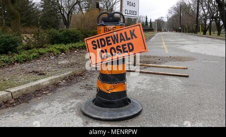 Divers panneaux de signalisation routière, la signalisation, etc. indique ce que vous pouvez et ne peut pas faire Banque D'Images