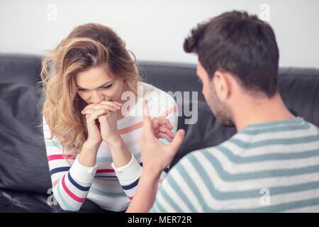 Angry couple attrayant et combats criant à l'autre Banque D'Images