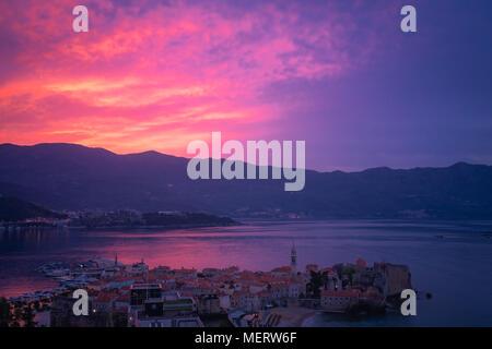 Au cours de l'aube d'été populaires resort town Budva sur la côte Adriatique, au Monténégro Banque D'Images