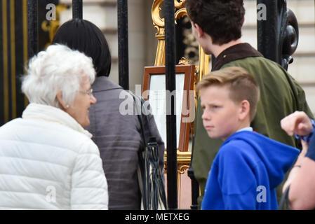 Buckingham Palace, London, UK. 23 avril 2018. Les membres du public d'attente afin de voir l'avis de la naissance du troisième enfant de la duchesse de Cambridge et le Prince William. Crédit: Matthieu Chattle/Alamy Live News