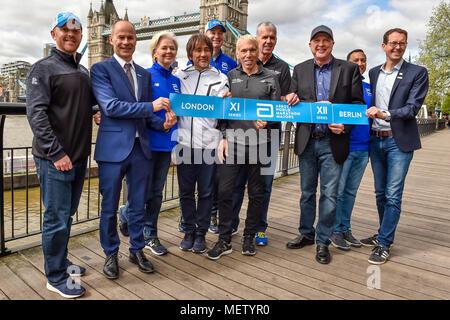 Londres, Royaume-Uni. 23 avril, 2018. Les fonctionnaires VMLM chez Winners présentation après le Virgin Money 2018 Marathon de Londres le lundi 23 avril 2018. Londres, Angleterre. Credit: Taka Wu/Alamy Live News