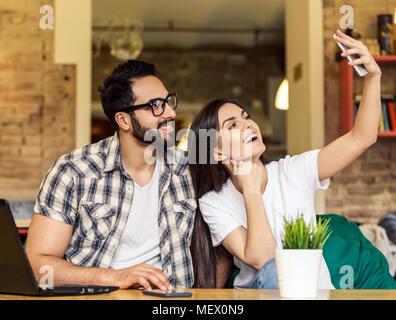 Quel beau couple Selfies prend Banque D'Images