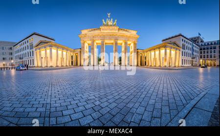 Vue panoramique classique de la célèbre Porte de Brandebourg allumé pendant l'heure bleue au crépuscule, au centre de Berlin Mitte, Allemagne Banque D'Images