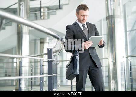 Businessman in office hall moderne de grande entreprise Banque D'Images