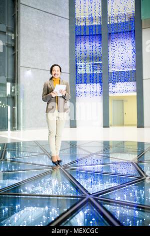 Succès businesswoman in office hall contemporain