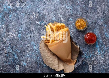 Poisson-frites avec sauce tomate et la moutarde Banque D'Images