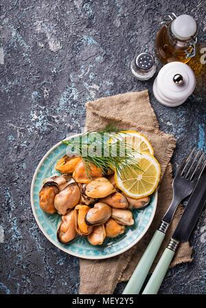 Moules marinées avec du citron et des épices Banque D'Images