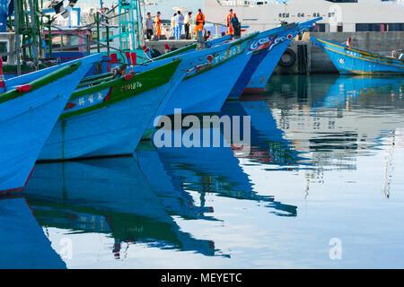 Bateaux de pêche au port avec la réflexion dans l'eau colorée, Taitung Fu Gang Harbour et du terminal de ferry, le comté de Taitung, Taïwan Banque D'Images