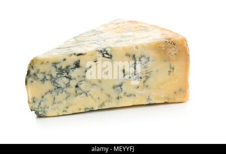 Délicieux fromage bleu isolé sur fond blanc. Banque D'Images