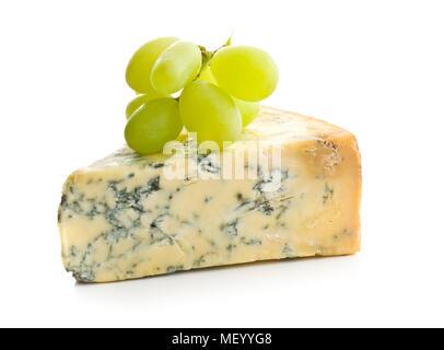 Raisins savoureux fromage bleu et isolé sur fond blanc. Banque D'Images