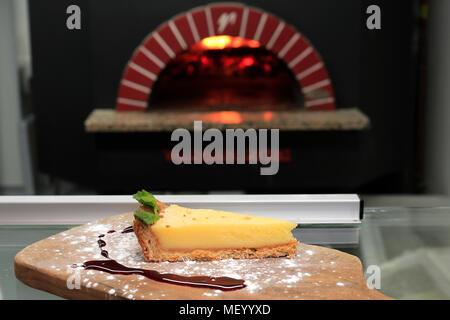 Tranche de citron Cheesecake, dans le cadre d'un restaurant Banque D'Images