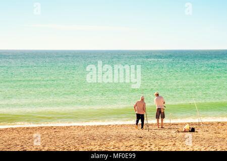 Deux pêcheurs pêcher avec une canne à pêche sur une plage de la mer Banque D'Images