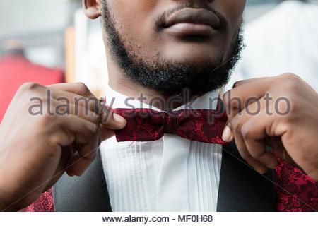 Close-up of a man wearing tuxedo atelier de tailleur dans la boucle de réglage Banque D'Images