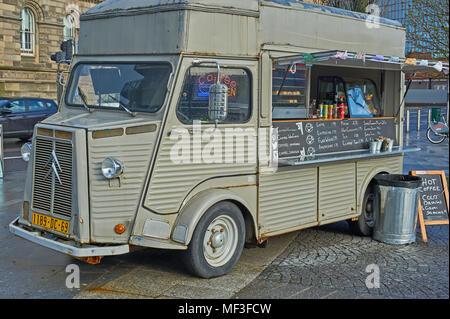 Citroen classique H van converti pour utiliser comme un vendeur de café mobile dans le centre de Belfast.