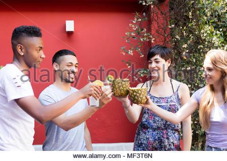 Groupe multiethnique d'amis faire un toast avec des cocktails outdoorsv Banque D'Images