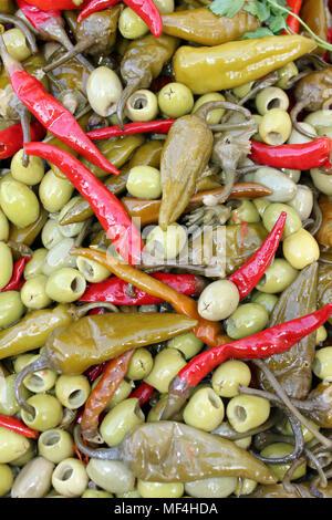 Mélange de poivrons et d'Olives vertes pour la vente dans une médina marocaine Banque D'Images