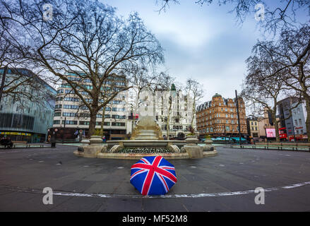 Londres, Angleterre - 03.18.2018 : Union Jack iconique parasol à Leicester Square avec la statue de William Shakespeare sur un matin nuageux Banque D'Images
