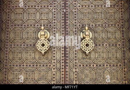 Poignées de style arabe typique dans une porte en bois Banque D'Images