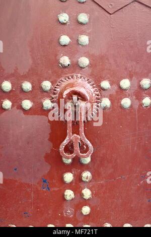 Poignée de style arabe typique dans une porte en bois Banque D'Images