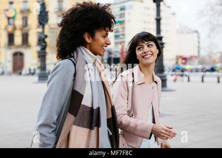 Espagne, Barcelone, deux professionnels Femmes marchant dans la ville Banque D'Images