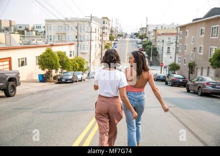 Deux jeunes femmes marchant dans la rue Banque D'Images