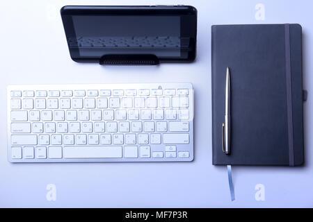 Bureau d'affaires avec ordinateur portable, tablette numérique, accessoires et équipements de travail. focus sélectif. Banque D'Images