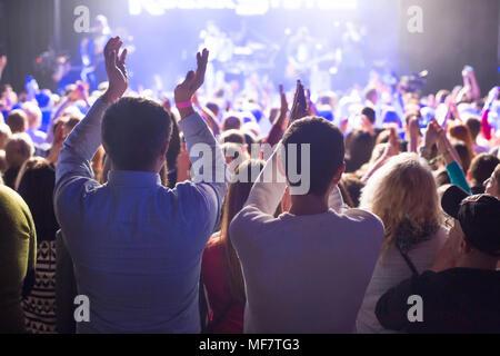 L'auditoire à regarder le concert sur scène en grand concert club. Banque D'Images