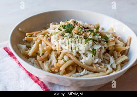 Bain Turc / Eriste Nouilles au fromage, les noix et le persil. La nourriture traditionnelle. Banque D'Images