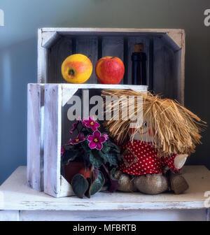Nature morte avec une poupée, les pommes, les fleurs. Vintage. Retro. Banque D'Images
