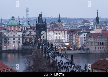 Portrait du célèbre pont Charles et de la vieille ville tour et églises de Prague, République tchèque à la tombée de la capitale