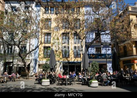 Les gens assis dehors à cafés populaires sur la Placa del Mercat, au nord du district de Ciutat Vella, Valencia, Espagne Banque D'Images