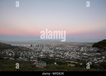 Avis de soleil au-dessus de Cape Town City Bowl avec des couleurs Banque D'Images