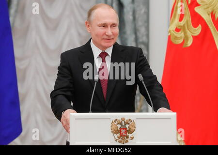 Moscou, Russie. Apr 25, 2018. Moscou, Russie - 25 avril 2018: le président de la Russie Vladimir Poutine parle lors d'une cérémonie pour présenter le héros du travail médailles au Kremlin de Moscou. Mikhail Metzel/crédit: TASS ITAR-TASS News Agency/Alamy Live News Banque D'Images
