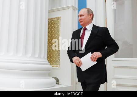 Moscou, Russie. Apr 25, 2018. Moscou, Russie - 25 avril 2018: le président de la Russie Vladimir Poutine à la veille d'une cérémonie pour présenter le héros du travail médailles au Kremlin de Moscou. Mikhail Metzel/crédit: TASS ITAR-TASS News Agency/Alamy Live News Banque D'Images