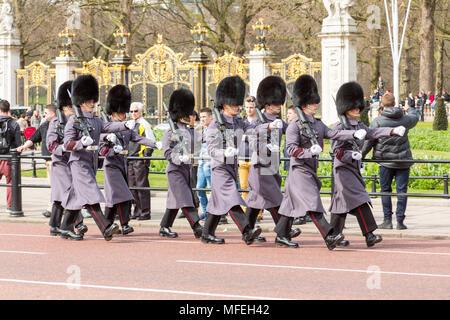 Londres, Royaume-Uni - 27 mars 2015: Des soldats en uniforme de cérémonie gris mars pas de Buckingham Palace.