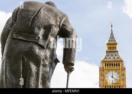Londres, Royaume-Uni - 27 mars 2015: dans la région de Parliament Square, Londres, est une grande statue de Winston Churchill en face de Big Ben. Banque D'Images