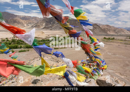 Les drapeaux de prières bouddhistes colorés au monastère près de Leh, Ladakh, Inde Banque D'Images