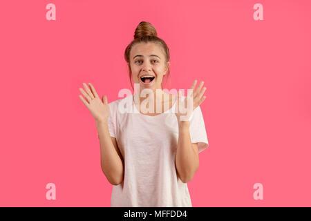 La photo en gros du jeune gymnaste magnifique avec les cheveux sur la marche de l'air. bande de roulement de l'air. fille est tickled pink mains soulever. Banque D'Images