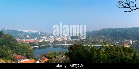 Paysage urbain panoramique horizontal de Kandy, Sri Lanka. Banque D'Images